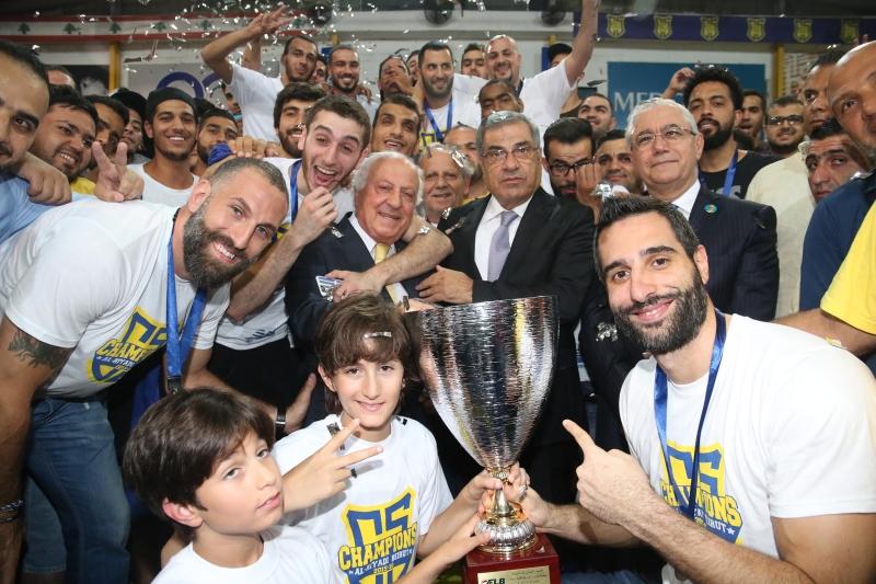 كأس بطولة لبنان مع لاعبي الرياضي (عدنان الحاج علي)