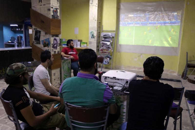 في أحد مقاهي حيّ صلاح الدين في حلب أول من أمس (أ ف ب)