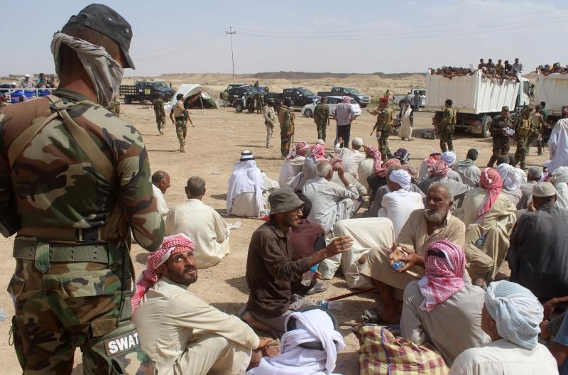قوات عراقية تعمل على حماية النازحين من الفلوجة (أ ف ب)