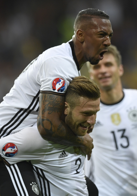 بواتنغ محتفلاً بمصطفي عقب تسجيله الهدف الاول لألمانيا (أ ف ب)