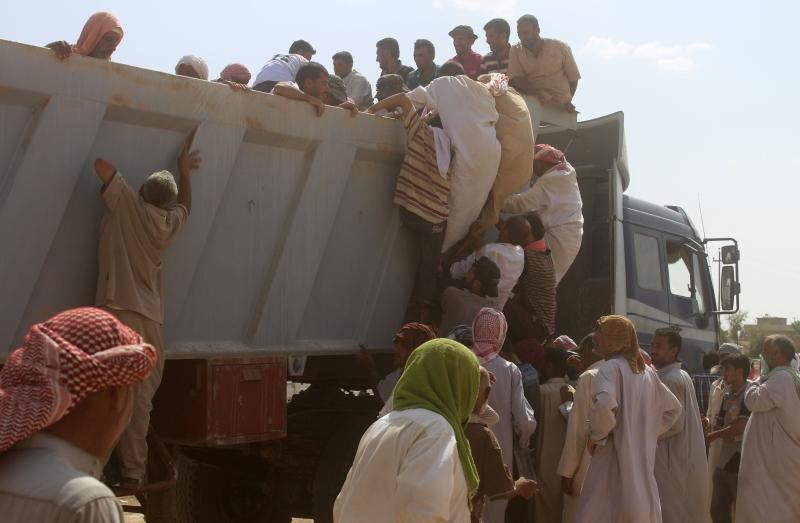 نازحون عراقيون بعد إخلائهم من قراهم جنوبي الفلوجة (أ ف ب)