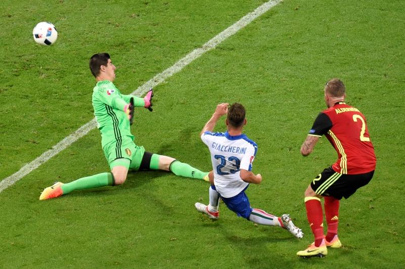 جياكيريني مسجلاً الهدف الأول لإيطاليا (أ ف ب)
