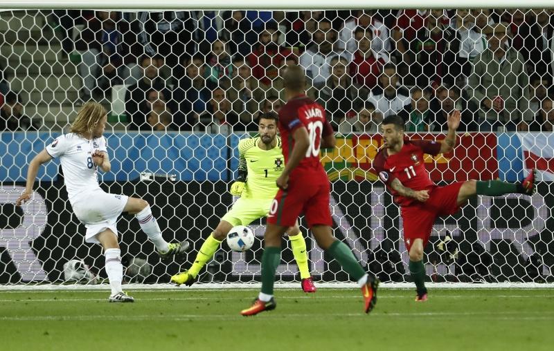 بيركير بيارناسون مسجلاً هدف التعادل لأيسلندا في مرمى البرتغال (أود أندرسن - أ ف ب)