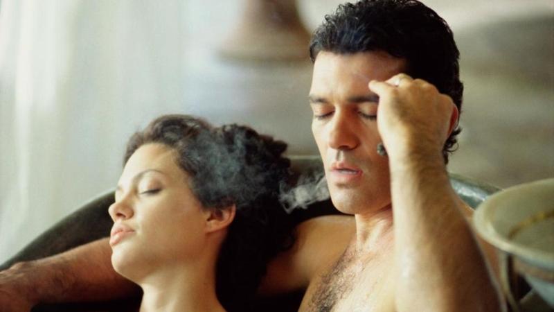 أنطونيو بانديراس وأنجلينا جولي في مشهد من Original Sin