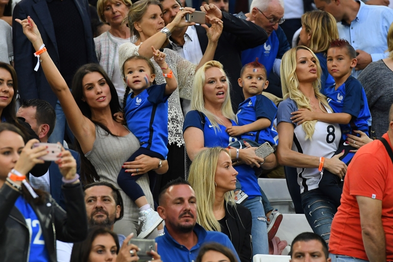 زوجات لاعبي فرنسا يحتفلن بهدف باييه (أف ب)