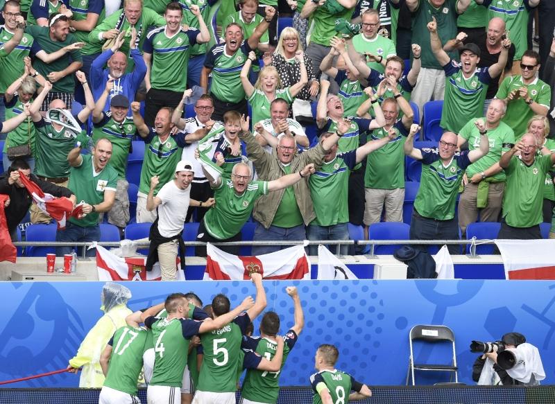 الجمهور الإيرلندي يحتفل مع جماهيره بالتأهل (أ ف ب)
