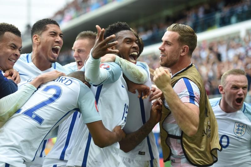 ستاريدج يحتفل مع زملائه بهدف الفوز (بول إيليس ــ أ ف ب)