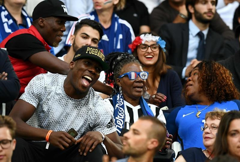 والدة بوغبا وشقيقه يشجعانه في المباراة أمام ألبانيا (فرانك فايف ــ أ ف ب)