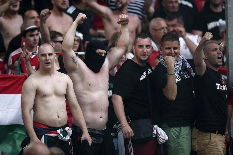 قالت صحف بريطانية إن المشجعين الروس شاغبوا بأمر من الكرملين (الأناضول)