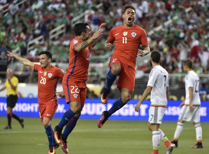 سجل فارغاس 4 من اصل 7 اهداف لتشيلي امام المكسيك (أ ف ب)