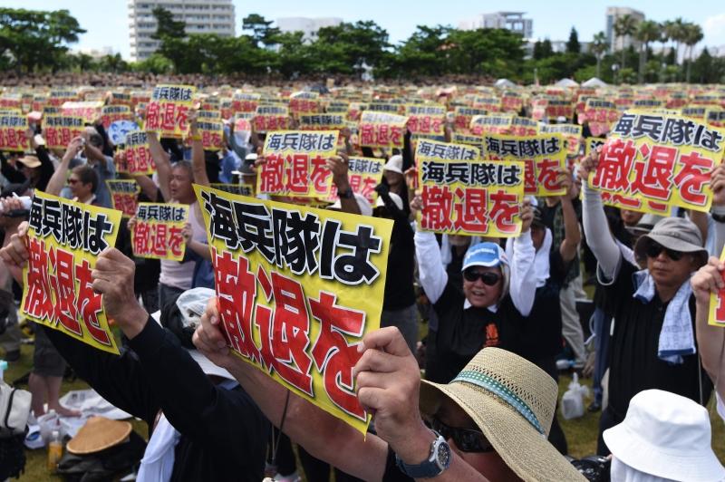 متظاهرون: «لا تزال اليابان مستعمرة عسكرية للولايات المتحدة» (أ ف ب)