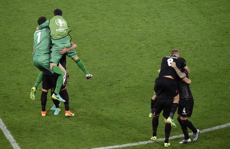 فرحة لاعبي ألبانيا بالفوز (أ ف ب)