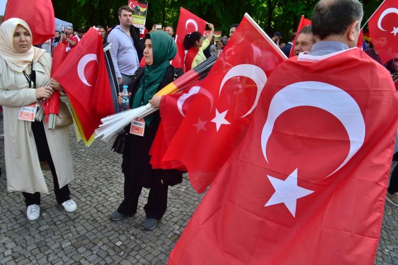 أتراك يتظاهرون ضد قرار المشرعين الألمان الاعتراف بالإبادة الأرمنية في برلين أمس (أ ف ب)
