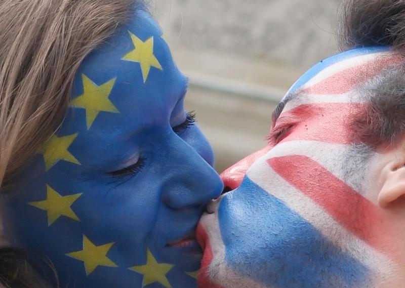 يبدو الرأي العام البريطاني منقسماً بشدة حول العضوية في الإتحاد الأوروبي (أ ف ب)