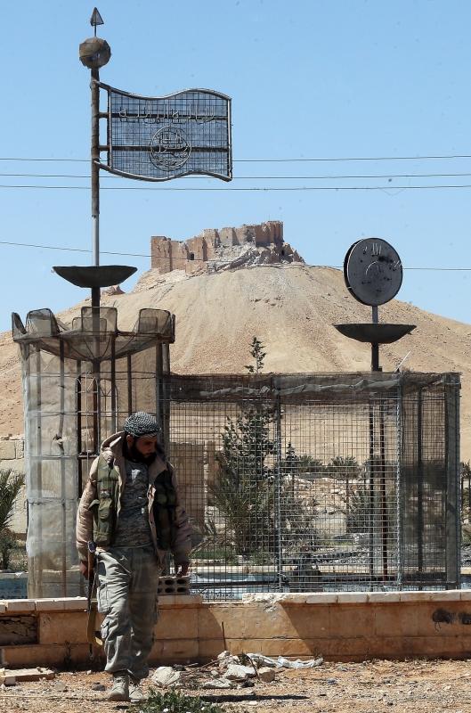 جندي سوري في مدينة تدمر الأثرية بعد تحريرها من التنظيم الإرهابي في نيسان الماضي (هيثم الموسوي)