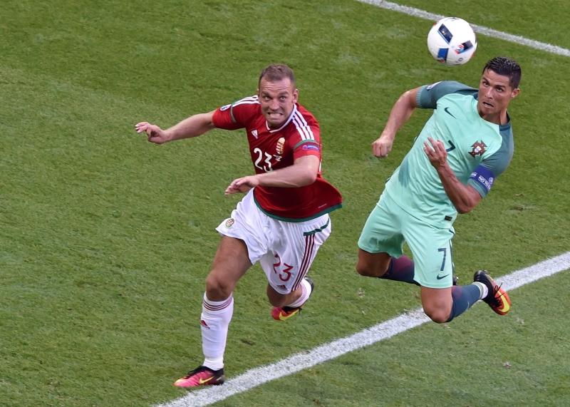 رونالدو مسجلاً برأسه ثاني هدفيه في المرمى المجري (أ ف ب)