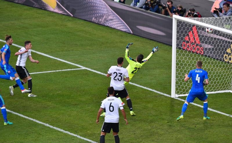 نجم المباراة دراكسلر مسجلاً الهدف الثالث لألمانيا (أ ف ب)