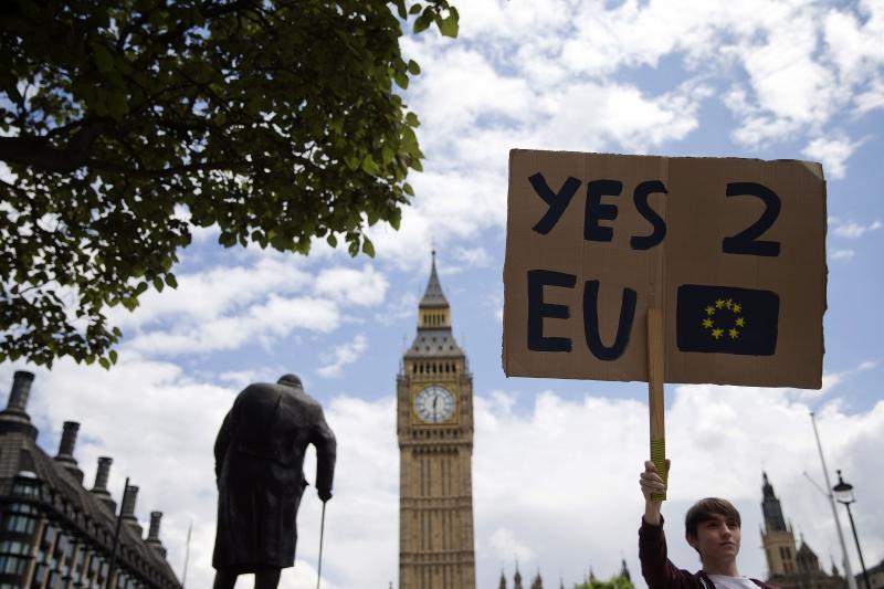 جاء الانشقاق فيما تحاول أوروبا التعافي من أزمتَي الاقتصاد واللاجئين (أ ف ب)