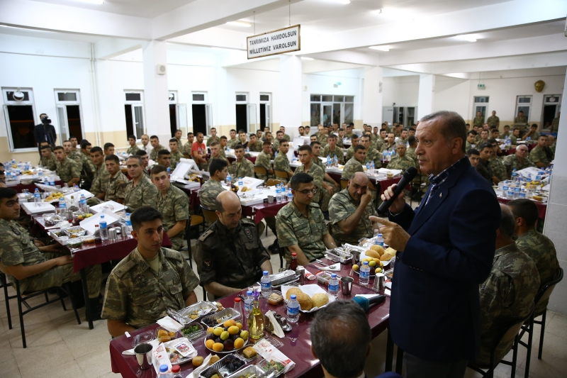 انتهى المطاف بالرئيس التركي إلى إطفائي يحصي الحرائق التي تكوي بلاده (الأناضول)