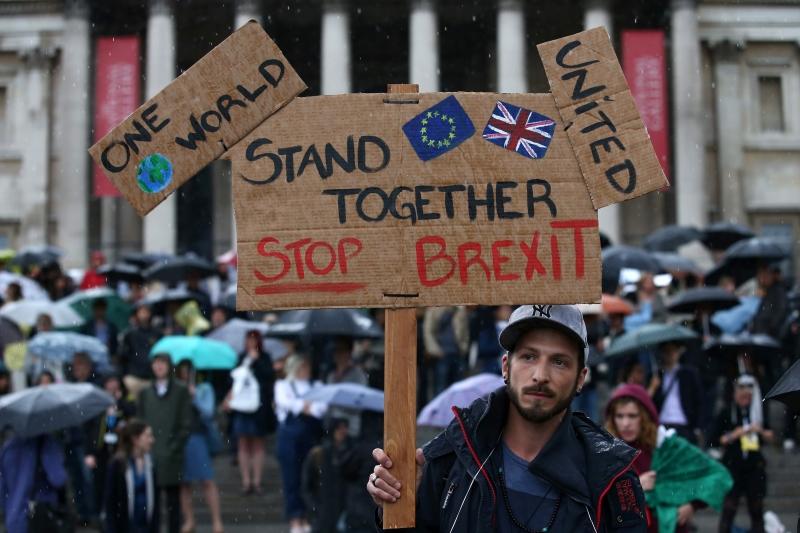 بريطانيون يتظاهرون في لندن أمس رفضاً لخيار «الخروج» (أ ف ب)