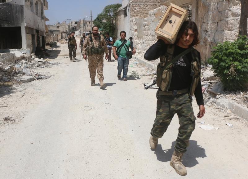 خرق المسلحون بعض نقاط الجيش في مزارع الملاح (الأناضول)