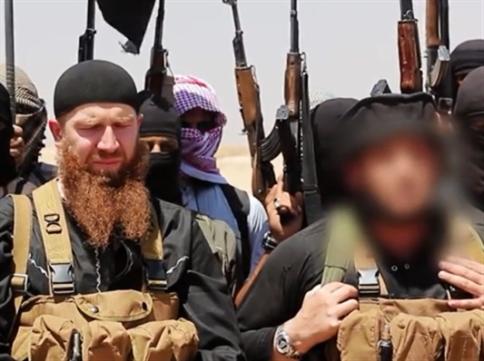المتحدث باسم «داعش» أبو محمد العدناني والقيادي أبو عمر الشيشاني (من إصدار «كسر الحدود»)