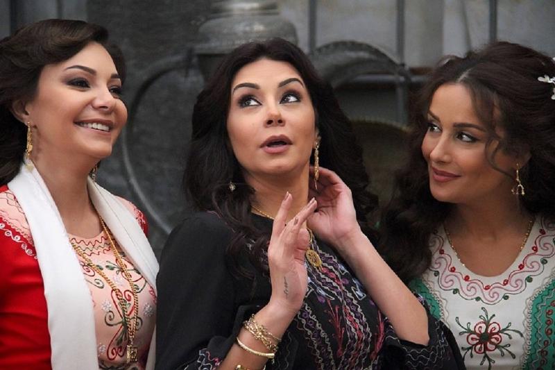 كندة حنّا وكاريس بشّار وندين تحسين بك في مشهد من «خاتون»