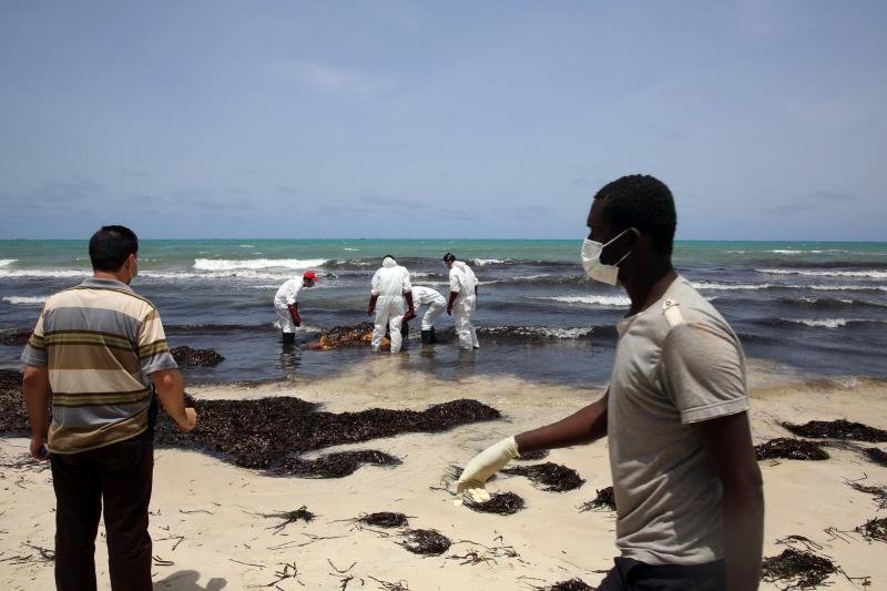 حمل الموج جثث أكثر من 100 لاجئ إلى شواطئ زوارة الليبية (أ ف ب)