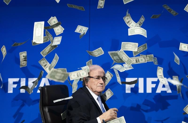 """تقاسم بلاتر ومساعدين سابقين له مبلغ 80 مليون دولار من أجل """"الثراء الشخصي"""" (أ ف ب)"""