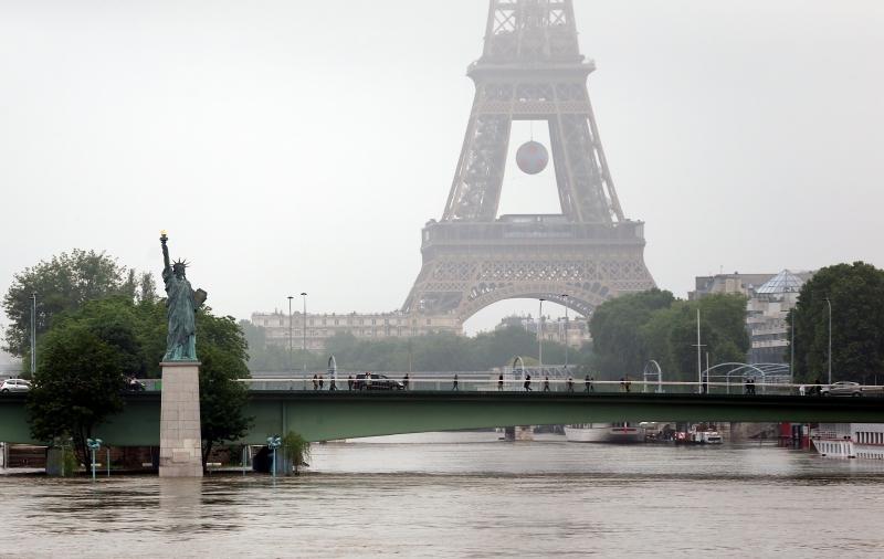 تعاملت «النخب المثقفة» في معظمها مع تبعية الجزائر لفرنسا كمُسلَّمة (الأناضول)