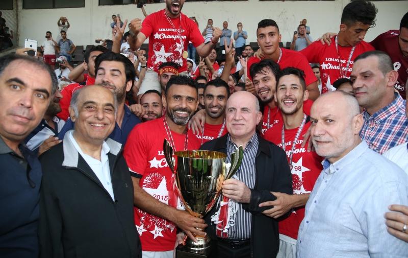 قائد النجمة عباس عطوي يتسلم كأس لبنان من الرئيس هاشم حيدر (عدنان الحاج علي)