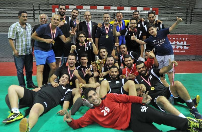 لاعبو الشباب مار الياس مع كأس البطولة (عدنان الحاج علي)