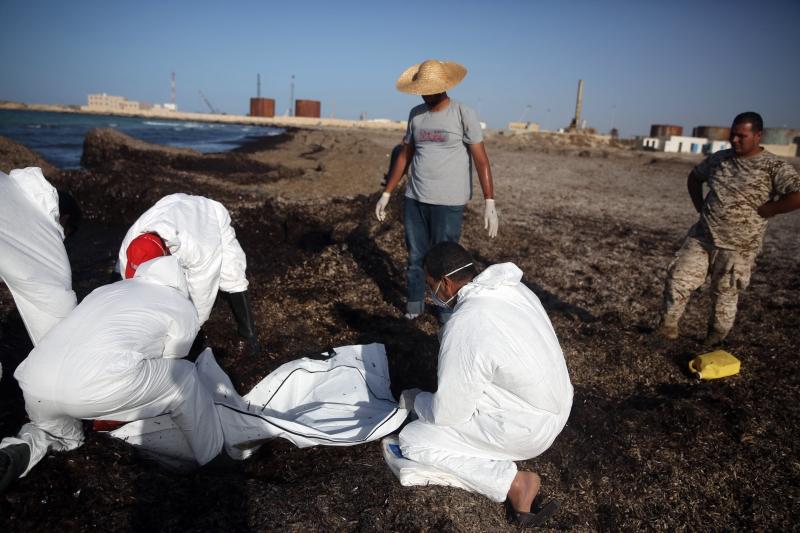 وصلت 130 جثة على الأقل إلى شواطئ زوارة (أ ف ب)