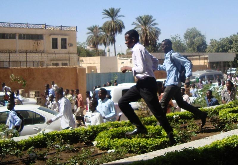 يلجأ النظام إلى «الوحدات الجهادية» لمهاجمة الطلاب المعارضين (أ ف ب)