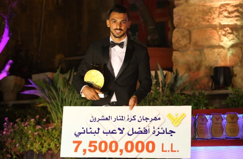 محمد حيدر بعد تتويجه بجائزة افضل لاعب في لبنان (عدنان الحاج علي)