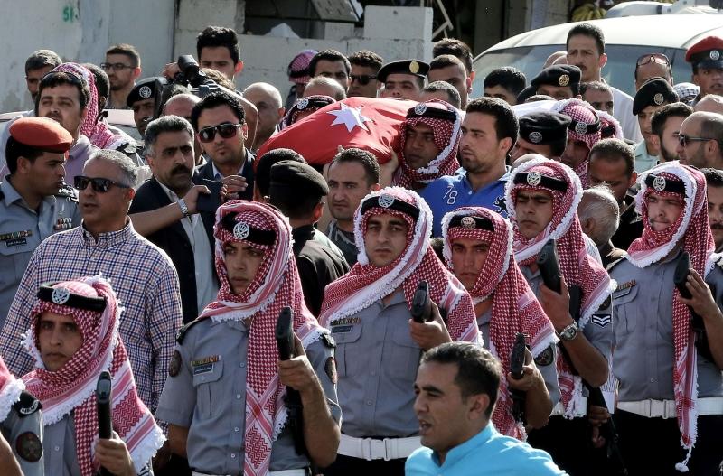 مشاركة كثيفة في تشييع القتلى وخاصة أن أصولهم شرق أردنية (أ ف ب)