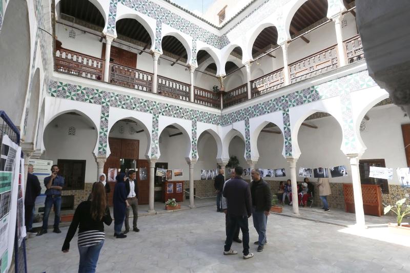 جزائريون في مدينة القصبة الأثرية ذات المباني التاريخية المهددة (الأناضول)