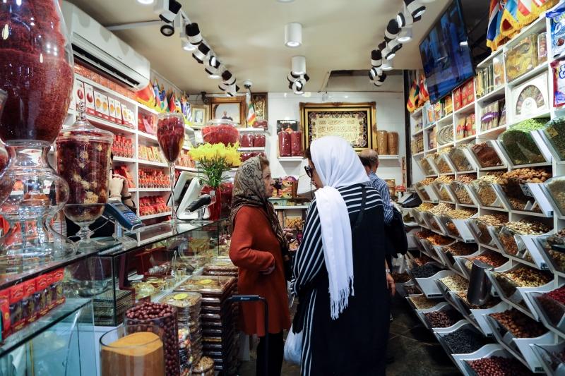 إبطال مفاعيل الثورة يعني دمج القاعدة الإنتاجية الإيرانية بالاستثمارات (أ ف ب)