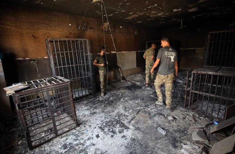 """عناصر من القوات العراقية تتفحّص سجناً سابقاً لـ""""داعش"""" في الفلوجة (أ ف ب)"""