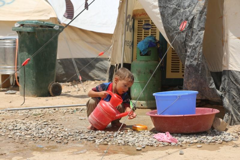 طفل في أحد مخيّمات اللاجئين في منطقة مخمور بجنوب الموصل