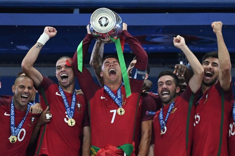 رونالدو يرفع كأس البطولة مع زملائه (فرانشيسكو ليونغ ــ أ ف ب)