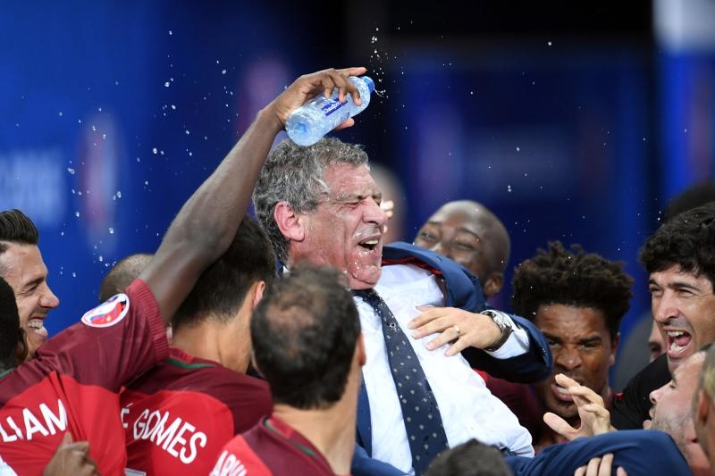 لاعبو البرتغال يحتفلون مع مدربهم