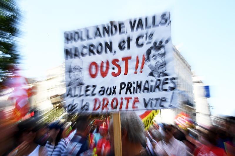 متظاهرون يدعون ماكرون وهولاند إلى المشاركة في «انتخابات اليمين» (أ ف ب)