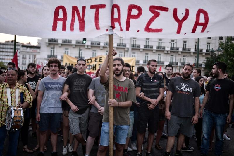 يونانيون يحيون خلال الأسبوع الماضي ذكرى الاستفتاء الذي رفض «الاتفاق» (أ ف ب)