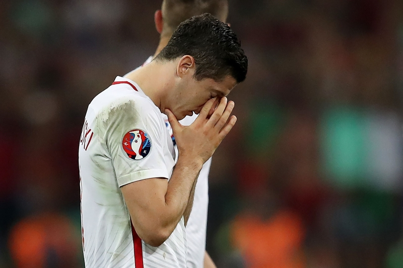 خيبة ليفاندوفسكي بعد خروجه من البطولة في أول مشاركة لبلاده (أ ف ب)
