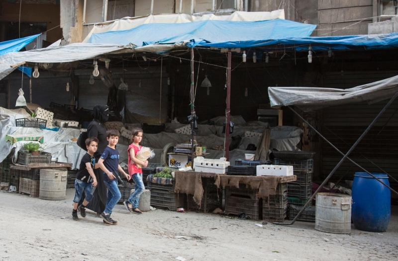 في أحد الأسواق الحلبية قبل يومين (كرم المصري ــ أ ف ب)