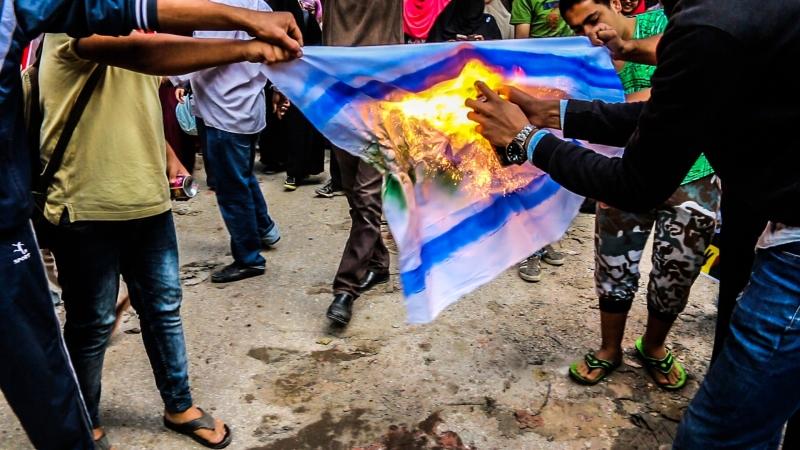 منعت الشرطة متظاهرين من الانضمام إلى الصحافيين في وقفة احتجاجية أمس (آي بي ايه)