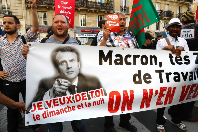 متظاهرون مناهضون لماكرون أمام قاعة اجتماع حركة إلى الأمام (أ ف ب)