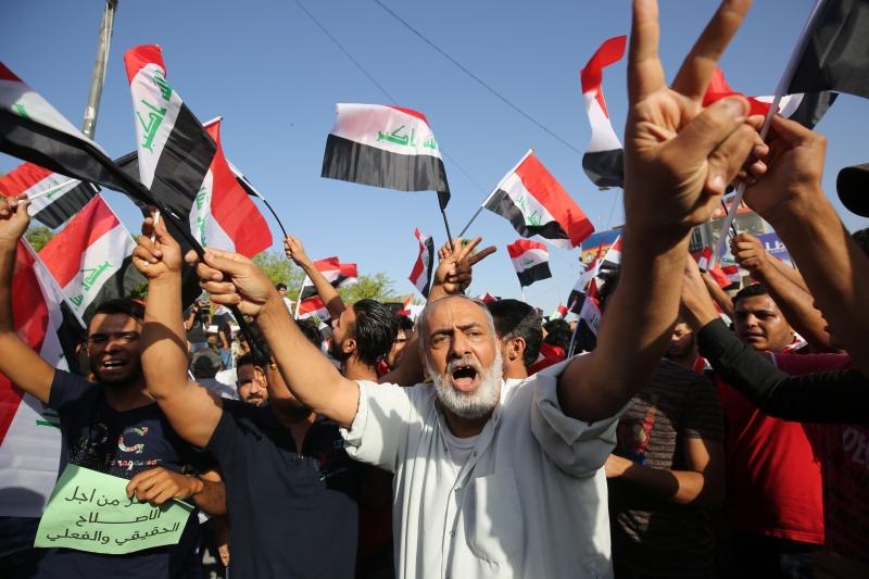 رفع المتظاهرون شعارات «نعم للإصلاح» و»لا للمحسوبية» (أ ف ب)