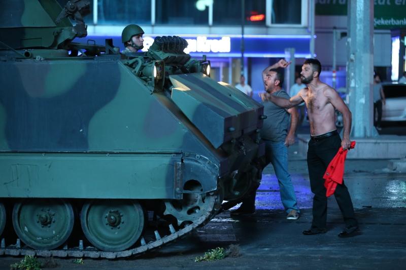 ما جرى ميدانياً في تركيا أثبت أنّ ما فعله أردوغان في القوات المسلحة أثمر جيلاً من الضباط المطيعين (الاناضول)